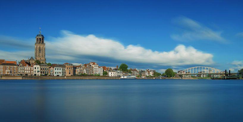 Deventer met blauwe lucht van Martin Podt