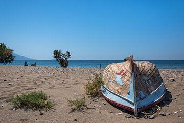 Boot am Strand von Rinus Lasschuyt Fotografie