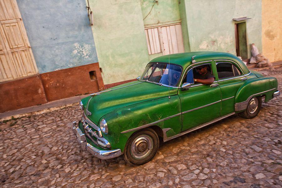 Classic car rijdt door de straten van Trinidad in Cuba. Wout Kok One2expose van Wout Kok