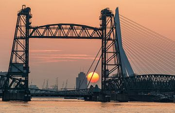 Zonsondergang bij de Hef in Rotterdam von Ilya Korzelius