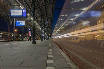 Moving train van Johan Mooibroek
