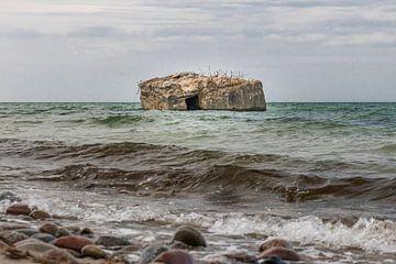 Alter deutscher Bunker steht ausgespült im Meer an der Steilküste der Ostseeküste von Hans-Jürgen Janda