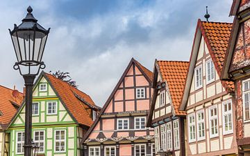 Des maisons colorées et un lampadaire à Celle sur Marc Venema