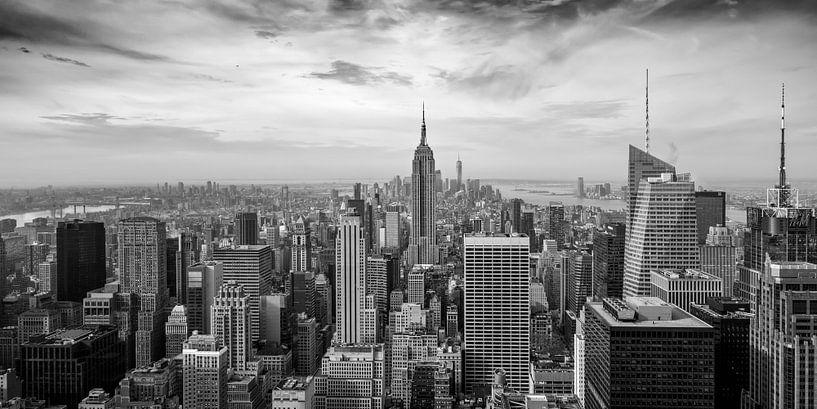 New York - Schwarz-Weiß-Panorama über Manhattan von Toon van den Einde