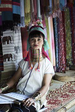 Langnek vrouw maakt kleding en stoffen van Karel Ham