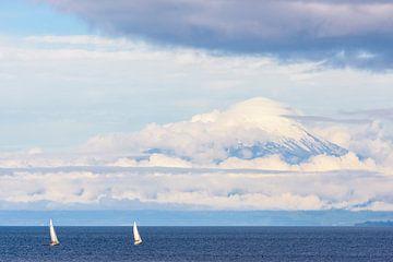 Chili - zeilen onder de Osorno vulkaan van Jack Koning