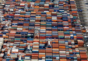Containers op de containerterminal op de Maasvlakte te Rotterdam. van Sky Pictures Fotografie