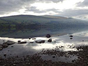Rustig nevelig meer in Schotland