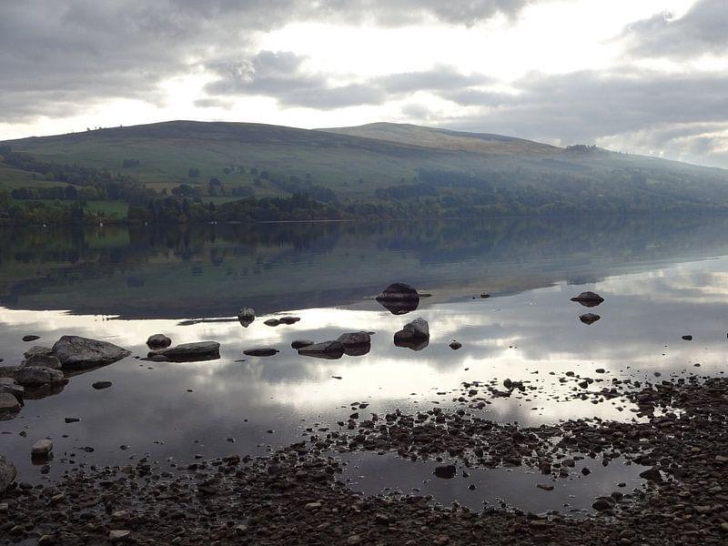 Rustig nevelig meer in Schotland van Peter Polling