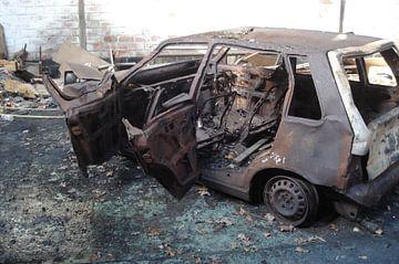 Old Burned Out Car van Lyn Van Veldhoven