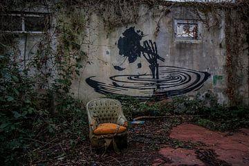 Stoel en graffitimuur van Ivana Luijten