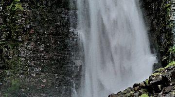 Am Fuße des Wasserfalls - Natur pur - Gemälde von Schildersatelier van der Ven