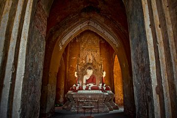 Zittende boeddha's in tempelcomplex Bagan Birma Myanmar.