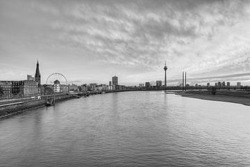 Düsseldorf Skyline schwarz-weiß von Michael Valjak