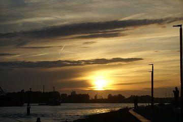 Waterweg met lage zon in Maassluis van Tom fotografie