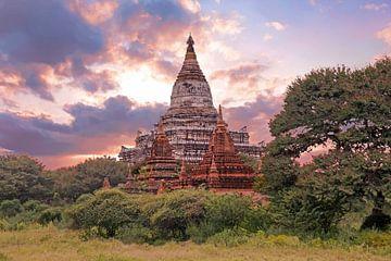 Oude pagode op het platteland bij Bagan in Myanmar van Nisangha Masselink