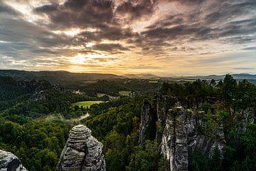 Bastei. Zonsopkomst over de Saksische Schweiz van Frank Mannaerts