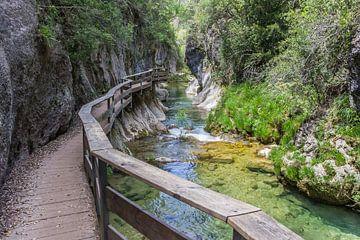Kleine stroom door een kloof in Andalusië van Marc Venema