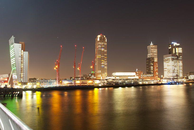 de skyline van Rotterdam in de avond van Rene du Chatenier
