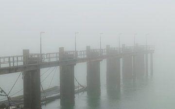 Verlassene Anlegestelle für Schiffe bei dichtem Nebel von FHoo