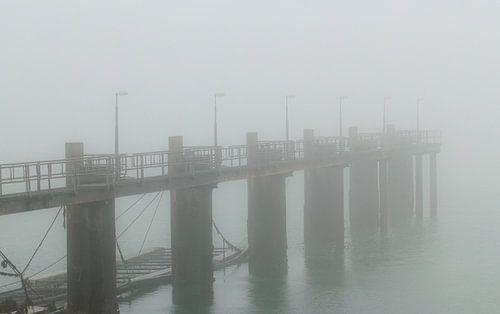 Verlaten aanlegsteiger voor schepen in dichte mist