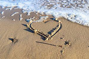 Herz gemalt in den Strandsand an der Ostsee