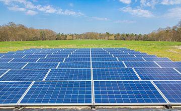 Landschapsfoto met rijen blauwe zonnepanelen in een Nederlands veld van Ben Schonewille