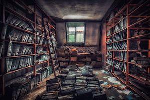 Het oude magazijn in een verlaten fabriek op zolder