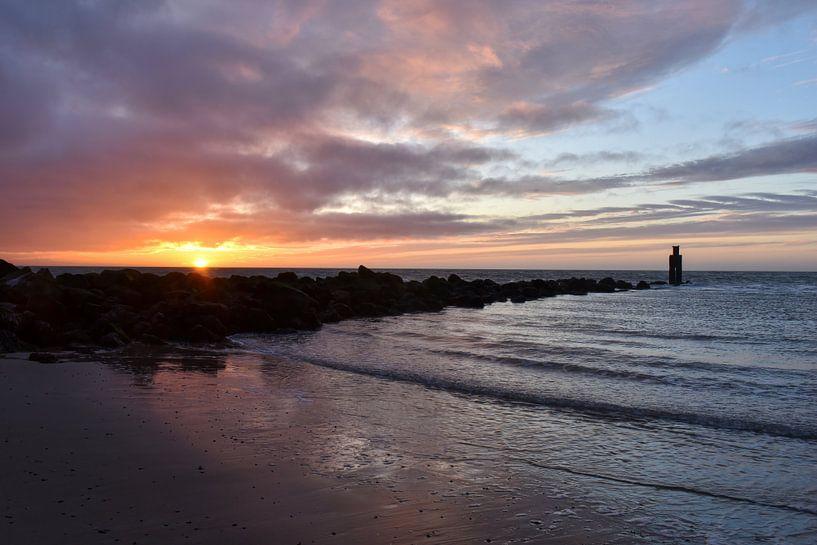 Noordzee strand Ouddorp tijdens zonsondergang van Marjolein van Middelkoop