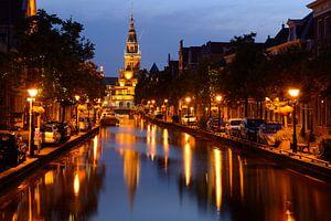 Luttik Oudorp met Waaggebouw in Alkmaar in de avond