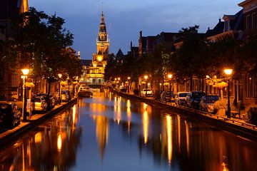 Luttik Oudorp met Waaggebouw in Alkmaar in de avond van