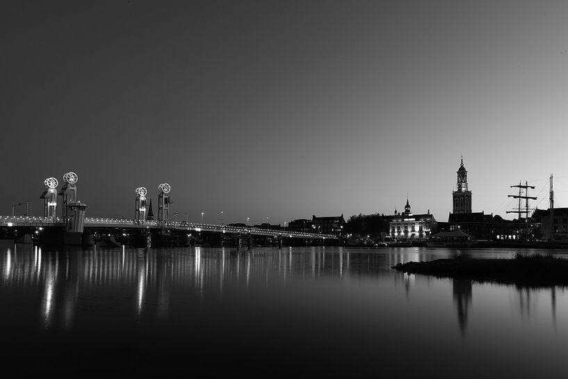 Avond bij de Kamper stadsbrug van Erik Veltink