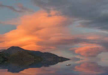 Orange Sonnenuntergang in der Berglandschaft  von Marcel van Balken