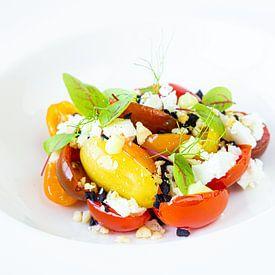 Bunter Salat auf weißem Teller Teil 2 von John Stijnman