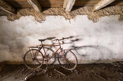 Rode fiets op zolder
