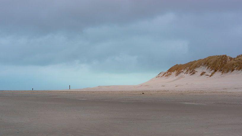 Der Abend fällt über den Strand von Ameland von Rob IJsselstein
