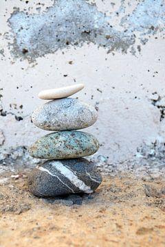Zen-Steinhaufen mit altem Hintergrund von Trinet Uzun