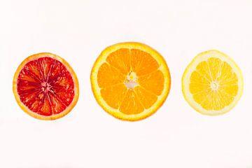 Drie citrus schijfes: citroen, sinaasappel en bloedsinaasappel van Ans van Heck