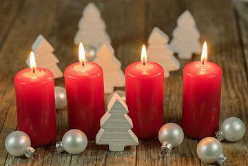 Vrolijk Kerstmis decoratie advent met brandende rode kaarsen en witte ornamenten van Alex Winter