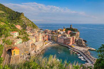 Avondzon in Vernazza, Cinque Terre van Michael Valjak