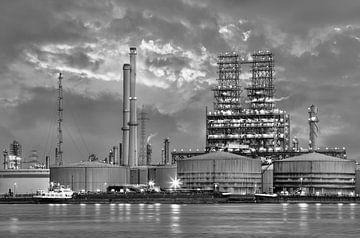 Petrochemie-Produktionsanlage in twilight_2 von Tony Vingerhoets