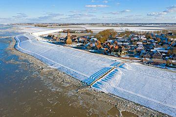 Luchtfoto van het besneeuwde dorpje Wierum aan de Waddenzee van Nisangha Masselink