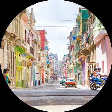 Kleurrijke straat in Havana op Cuba van Michiel Ton