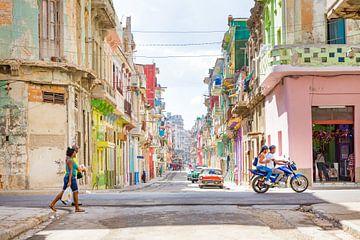 Bunte Straße in Havanna, Kuba von Michiel Ton
