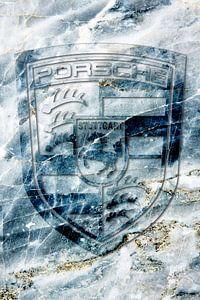 Porsche logo op blauw marmer