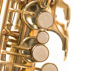 Saxofoon op wit
