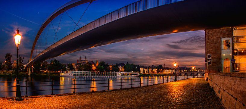 De Hoge Brug in Maastricht tijdens zonsondergang van Geert Bollen