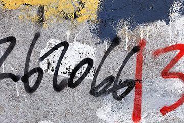 Graffiti met nummers op een geweven betonnen muur / jpg van Tony Vingerhoets