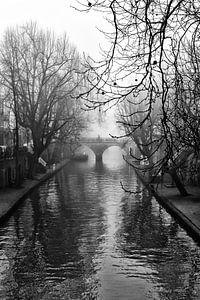 Oudegracht in Utrecht in de mist