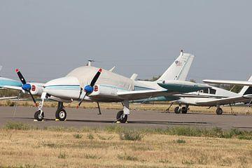 klein vliegtuigje geparkeerd op platform van Bas Berk